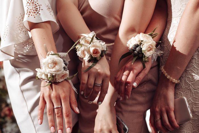 цветы на руку подружкам невесты 6