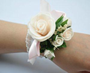 цветы на руку подружкам невесты 3