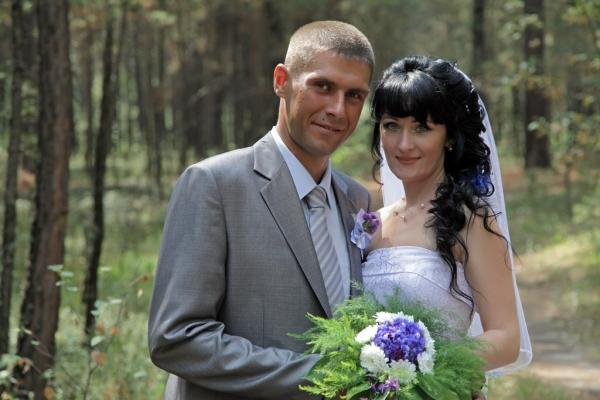 Свадебный букет из васильков, ромашек, пионов и незабудок для невесты – фото