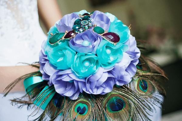 Букет с павлиньими перьями на свадьбу: фото