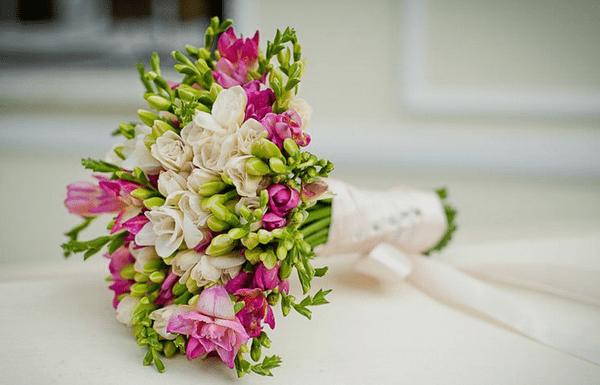 Свадебный букет из фрезий: с белыми каллами и кустовыми розами – фото