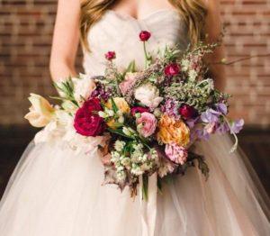 Растрепанный букет невесты с пионами и кустовыми розами в белом цвете – фото