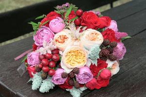 Букет невесты с ягодами и фруктами: композиция с черникой и ежевикой и другие – фото