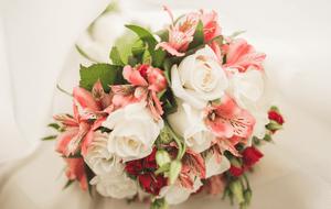 Свадебный букет из альстромерий: с кустовыми розами и тюльпанами – фото