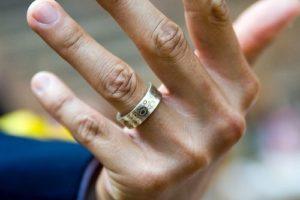 обручальное кольцо на пальце у мужчины