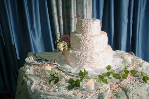 Кружевной торт на свадьбу: с украшением на краях