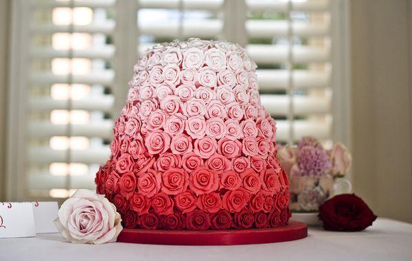Свадебный торт с розами – красными, розовыми, синими, белыми, а также живыми цветами и розами из мастики