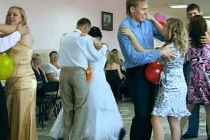 Конкурс с шариками на свадьбе: видео с длинными шарами