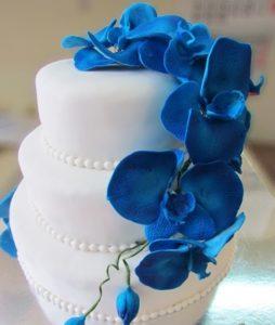 Свадебный торт с орхидеями: синий двухъярусный из мастики – фото