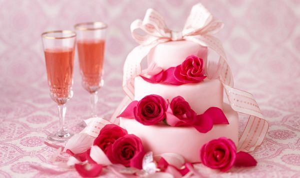 Трехъярусный свадебный торт – кремовый со сливками на подставке и другие варианты на фото