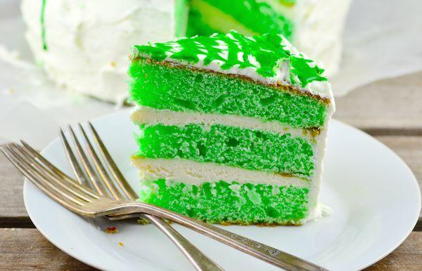 Свадебный торт в зеленом цвете и с белым декором – фото